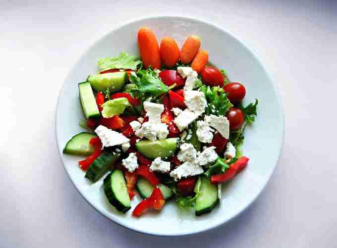 ensalada-de-queso-manchego-con-pimientos-y-verduras