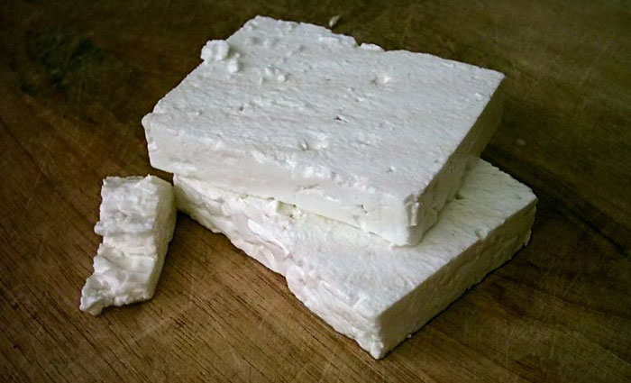 «Feta Greece 2». Publicado bajo la licencia CC BY-SA 3.0 vía Wikimedia Commons - http://commons.wikimedia.org/wiki/File:Feta_Greece_2.jpg#mediaviewer/File:Feta_Greece_2.jpg.