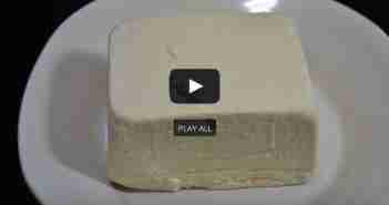 queso tofu en plato blanco