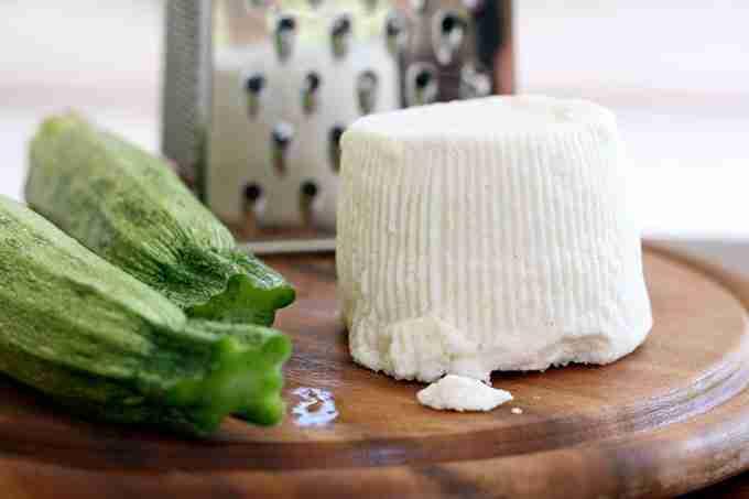 «Ricotta salata e zucchina» de Paoletta S. - originally posted to Flickr as Ricotta salata e zucchina. Disponible bajo la licencia CC BY 2.0 vía Wikimedia Commons - https://commons.wikimedia.org/wiki/File:Ricotta_salata_e_zucchina.jpg#/media/File:Ricotta_salata_e_zucchina.jpg
