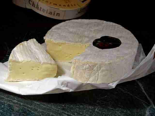 Queso camembert cortado cortado