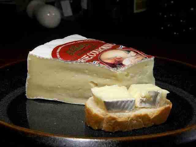 Trozo de queso brie con pan